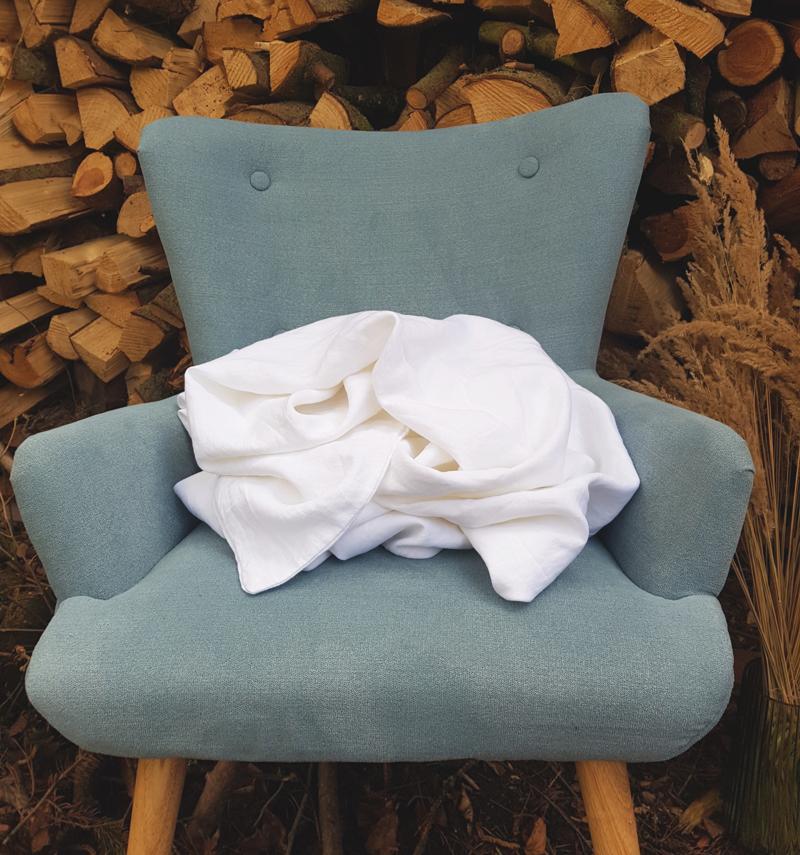weiße Leinen-Bettwäsche auf Stuhl
